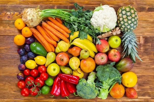 Fruits Et Légumes Crus Frais Sur Table En Bois Marron Photo Premium