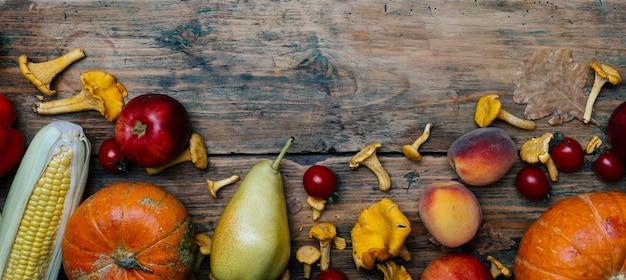 Fruits et légumes de saison d'automne: citrouille, poire, pommes, maïs, girolles Photo Premium
