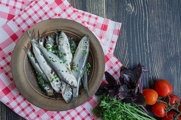 Fruits de mer au hareng de la baltique. poisson hareng salé dans un bol avec des épices et des herbes. Photo Premium