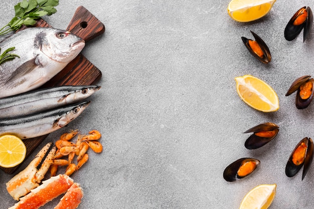 Fruits de mer frais sur la table Photo gratuit
