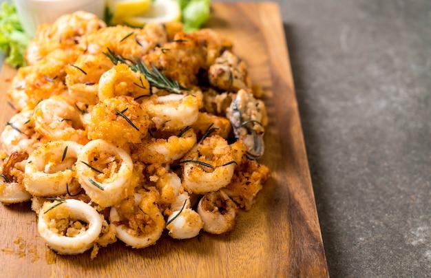 Fruits de mer frits (calamars, crevettes, moules) avec sauce Photo Premium