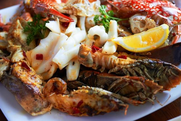 Les fruits de mer sur une grande assiette incluent des crevettes Photo Premium