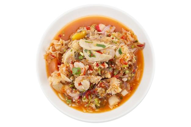 Fruits de mer mélangés épicés ou salade de fruits de mer mélangés isolé sur blanc. tracé de détourage. Photo Premium