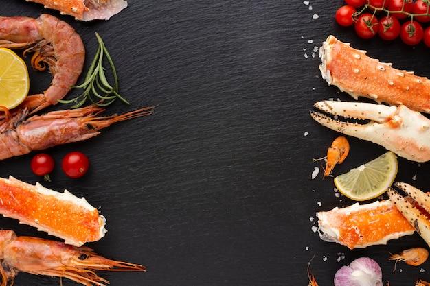 Fruits de mer mélangés avec un espace de copie Photo gratuit