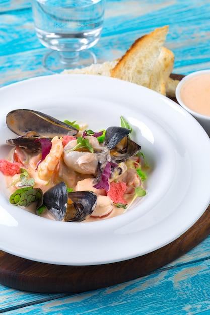 Fruits de mer savoureux sur la plaque en gros plan de table Photo Premium