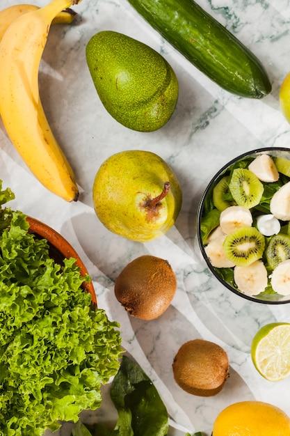 Fruits mûrs et légumes sur une table en marbre Photo gratuit