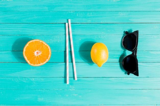 Fruits, pailles et lunettes de soleil dans l'ordre Photo gratuit