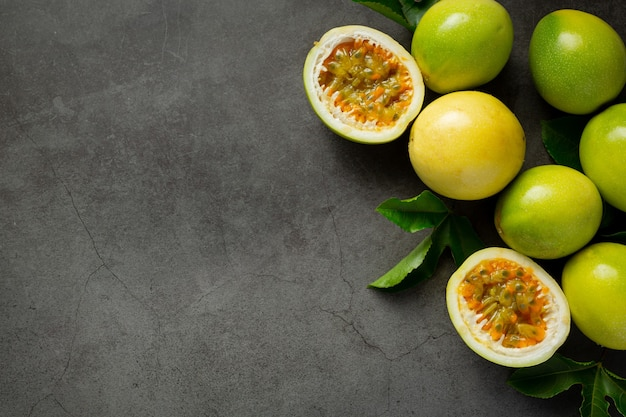 Fruits De La Passion Frais Coupés En Deux Sur Un Sol Sombre Photo gratuit