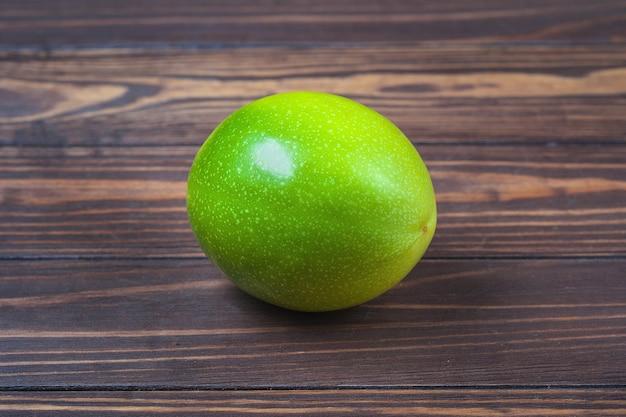 Fruits De La Passion Mûrs, Se Trouvent Sur Un Fond De Planches De Bois Photo Premium