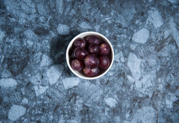 Fruits de raisin frais sur une table en marbre. flat lay. Photo Premium