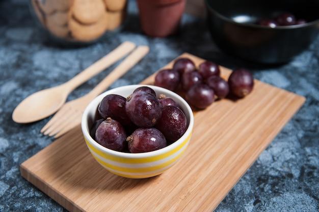 Fruits de raisin frais sur une table en marbre. Photo Premium