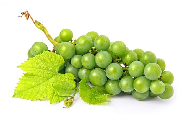 Fruits raisins frais avec des feuilles vertes isolées Photo Premium