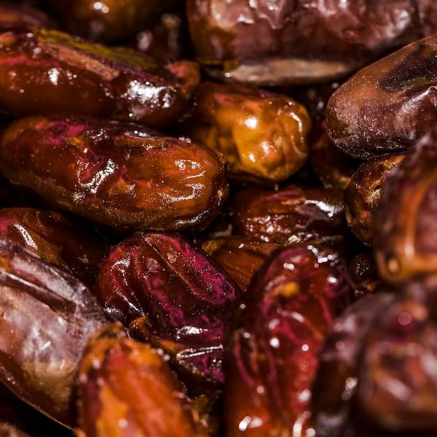 Fruits De Rose Frais Séchés En Vente Sur Le Marché Photo gratuit