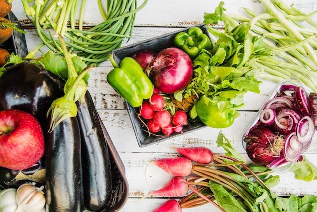 Fruits sains et légumes sur une table en bois Photo gratuit
