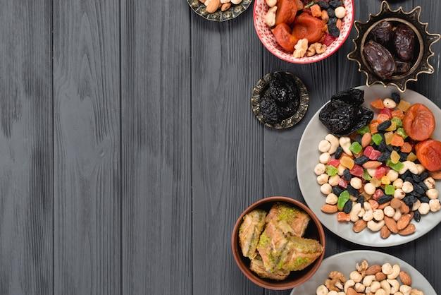 Fruits secs mélangés; des noisettes; dates et baklava sur le ramadan Photo gratuit