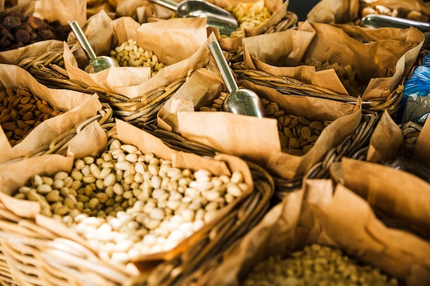 Fruits secs sains dans un panier en osier en vente au marché Photo gratuit