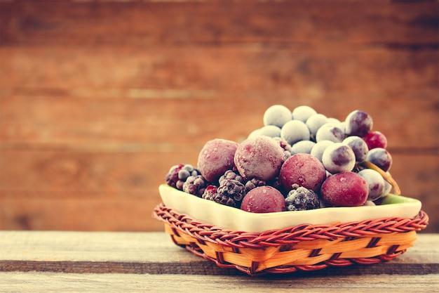 Fruits surgelés sur bois. image tonique. Photo Premium