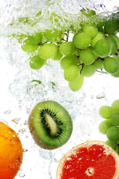 Fruits Tombés Dans L'eau Photo gratuit