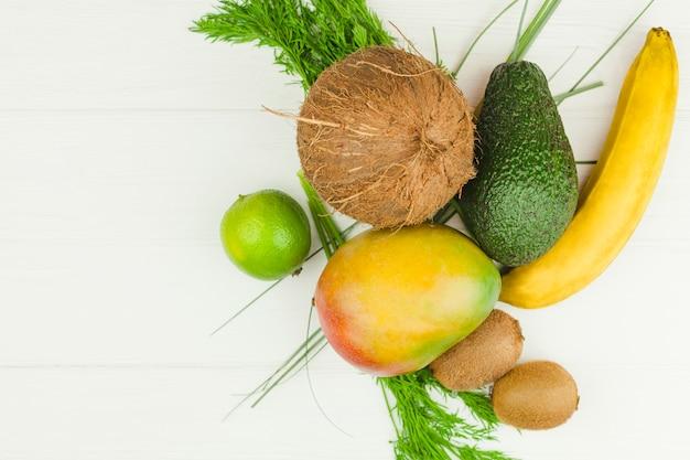 Fruits tropicaux et herbes vertes Photo gratuit