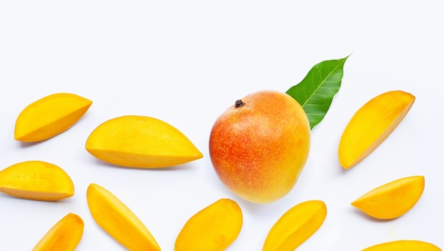 Fruits Tropicaux, Mangue Sur Blanc. Vue De Dessus Photo Premium