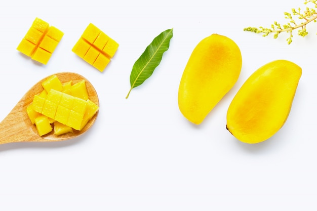 Fruits tropicaux, mangue sur blanc Photo Premium