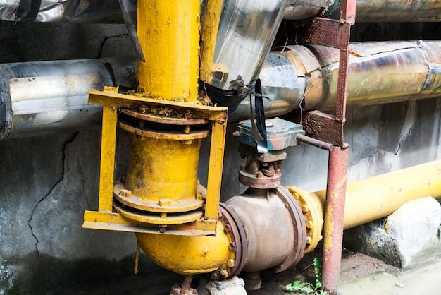 Fuite d'eau d'un trou dans un tuyau Photo Premium