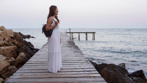 Full Shot Femme Vêtue D'une Robe Blanche Photo Premium