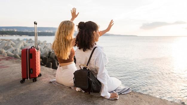 Full Shot Femmes Avec Bagages Rouges Photo gratuit