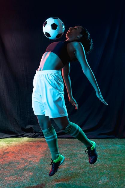 Full shot fit fille jouant avec une balle Photo gratuit