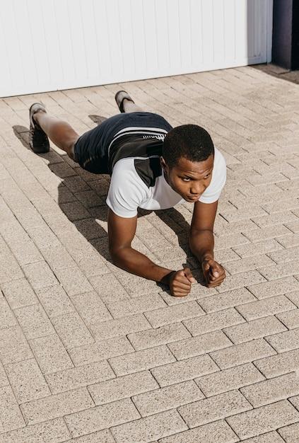 Full Shot Homme Faisant Planche Photo gratuit