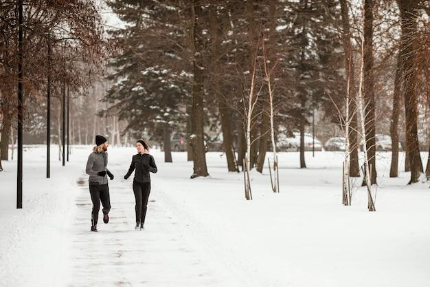 Full Shot Homme Et Femme Qui Court Dans La Forêt Photo Premium