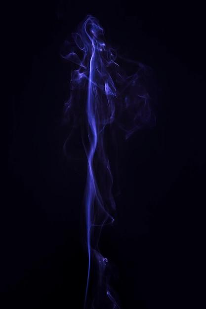 Fumée bleue créative sur fond noir Photo gratuit
