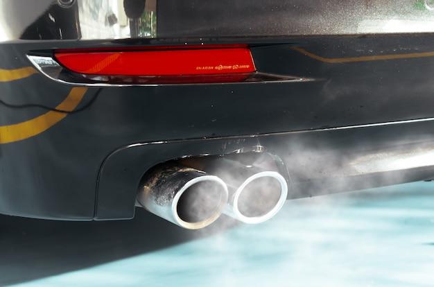 Fumée d'échappement de voiture Photo Premium