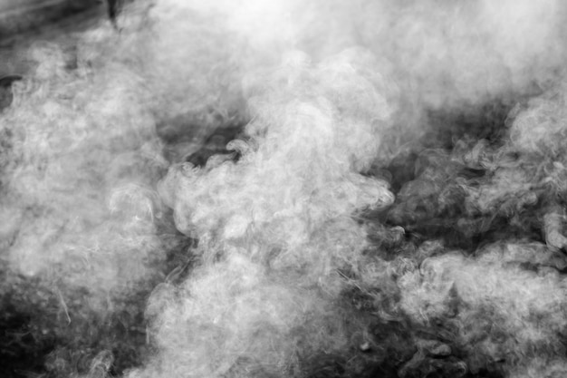Fumée sur fond noir. Photo Premium