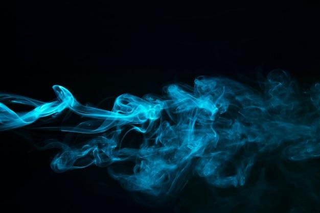 Fumée De Vapeur Bleue Sur Fond Noir Photo gratuit