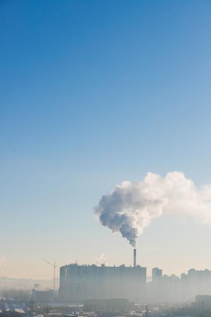 Fumer du tuyau. pollution de l'environnement, écologie. photo industrielle urbaine. Photo Premium