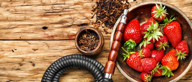 Fumer le narguilé sur la fraise Photo Premium