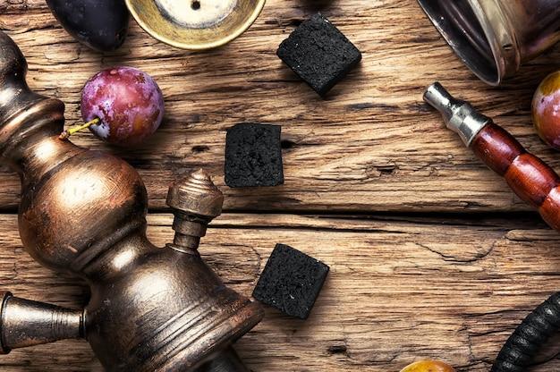 Fumer narguilé sur les prunes Photo Premium