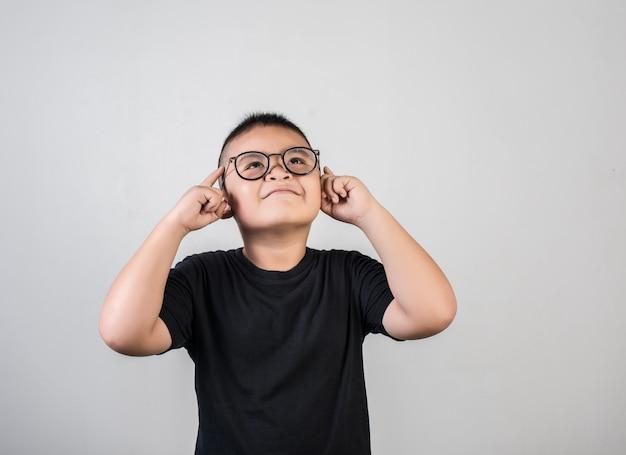 Funny genius boy penser en prise de vue en studio Photo gratuit