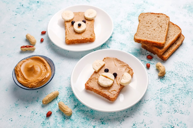 Funny Sandwich à L'ours Et Au Singe Avec Beurre D'arachide, Banane Et Cassis, Vue De Dessus Photo gratuit