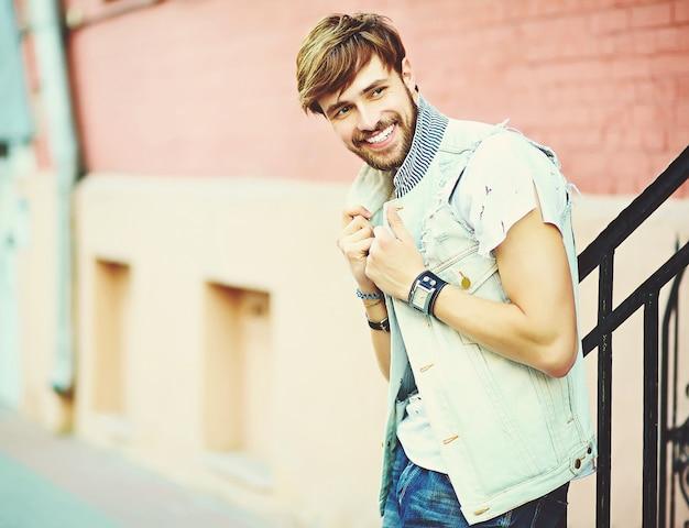 Funny Smiling Hipster Bel Homme Beau Dans Des Vêtements D'été élégants Posant Dans La Rue Photo gratuit