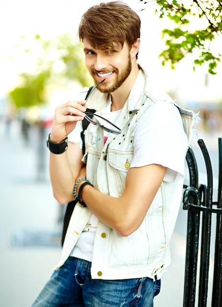 Funny Smiling Hipster Bel Homme Beau En Tissu D'été élégant Dans La Rue En Lunettes De Soleil Photo gratuit