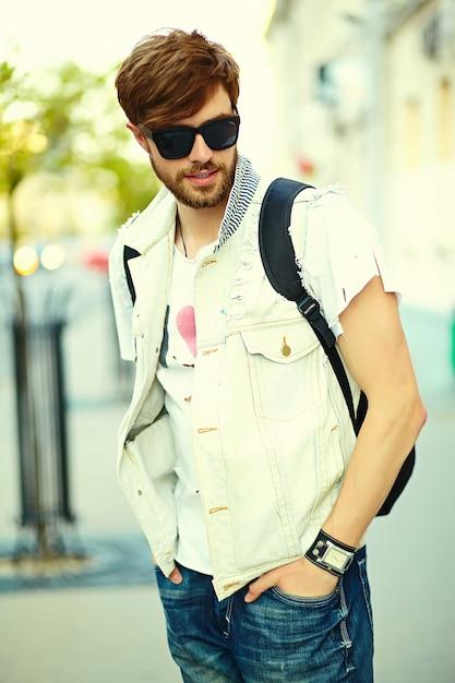 Funny Smiling Hipster Bel Homme En Tissu D'été élégant Dans La Rue En Lunettes De Soleil Photo gratuit