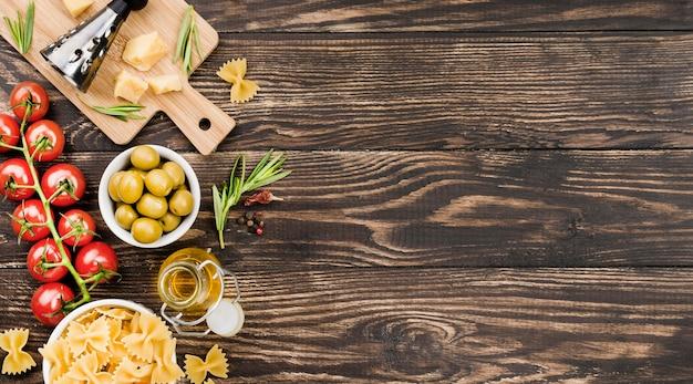 Fusilli Aux Olives Et Légumes Et Copie-espace Photo gratuit