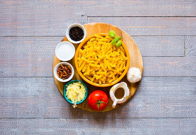 Fusilli à la sauce tomate, tomates, oignons, ail, paprika séché, olives, poivrons et huile d'olive Photo Premium