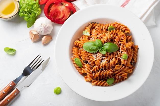 Fusilli à la sauce tomate. Photo Premium