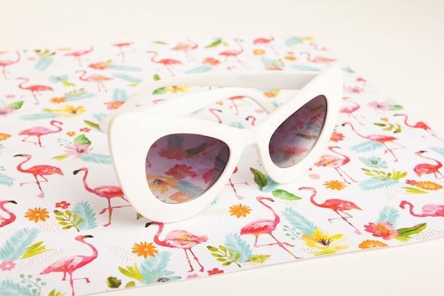Gafas De Sol Blancas De Moda Sobre Un Fondo De Flores Photo Premium