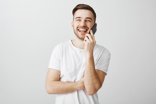 Gai Beau Mec Parlant Au Téléphone, Appelant Un Ami Photo gratuit