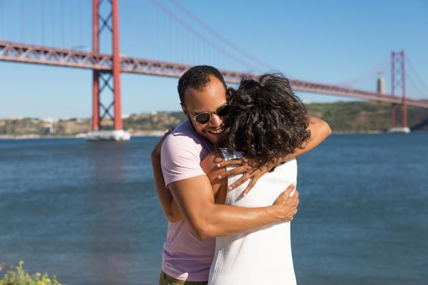 Gai, Jeune Couple, étreindre, Près, Rivière Photo gratuit