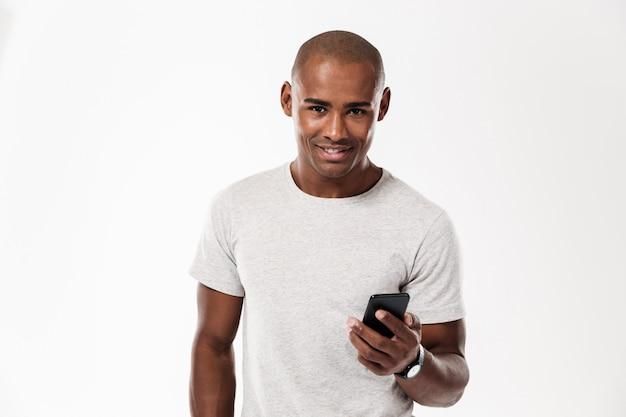 Gai Jeune Homme Africain à L'aide De Téléphone Portable. Photo gratuit